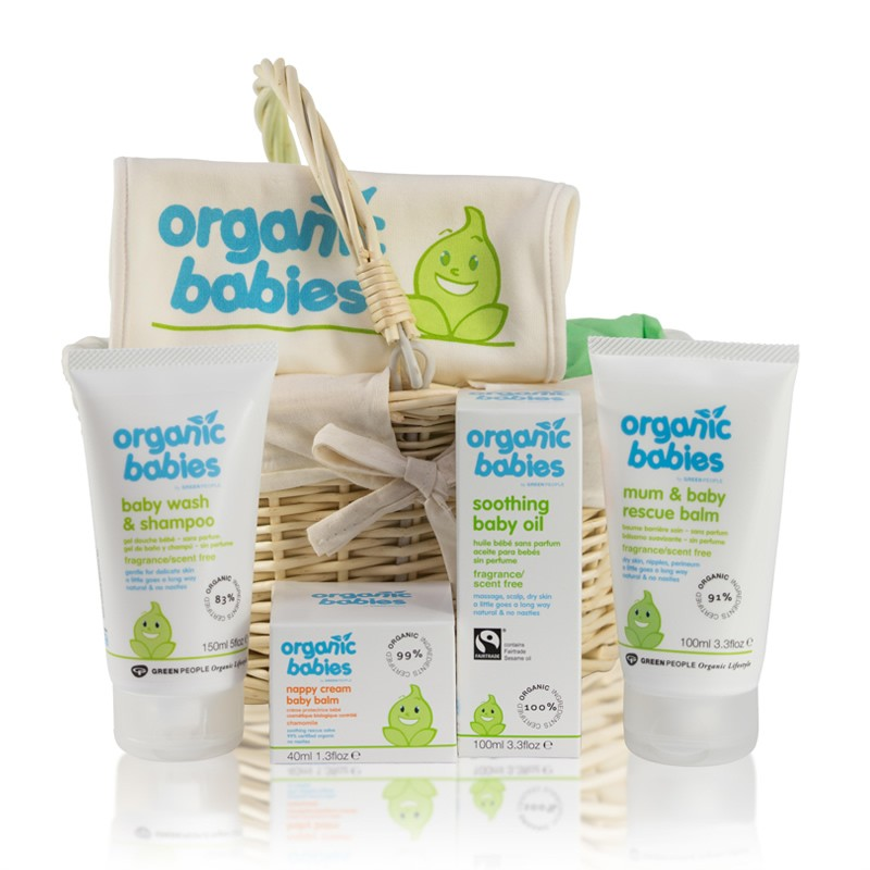 One of the neutral baby presents available for baby showers is the Natural and Organic Baby Hamper. Inside this baby gift basket, customers can find numerous organic baby presents. It includes an organic singlet and hooded towel, but also bubble bath.